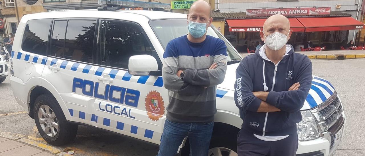 El alcalde, Juan Carlos Iglesias (a la izquierda), y el edil de Personal, Roberto Fernández, con el nuevo todoterreno de la Policía Local allerana.