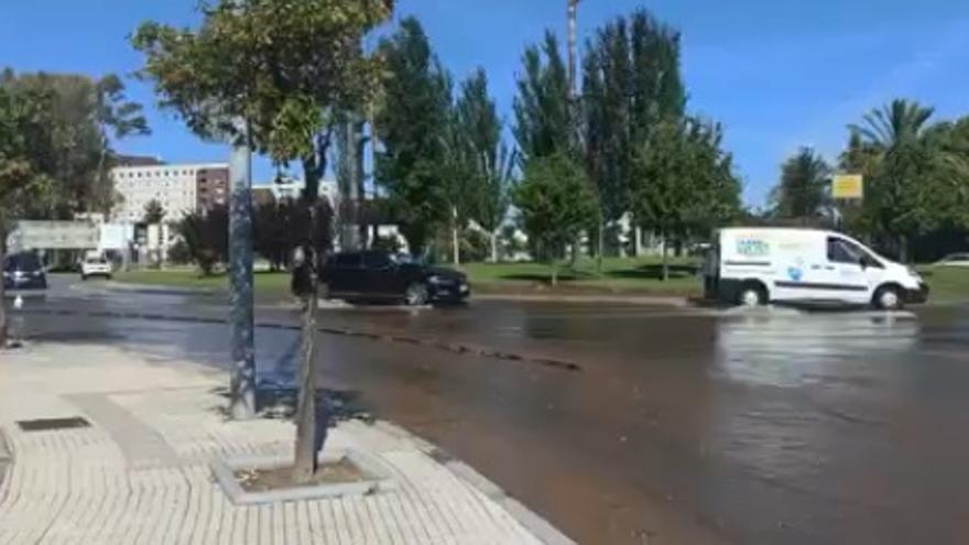 Rotura en la avenida del puente Real, llegando a la rotonda con la avenida de Elvas