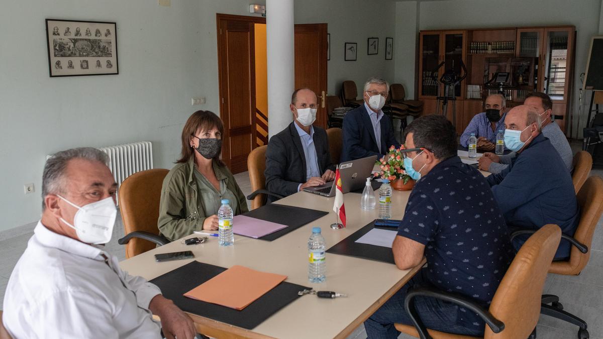 Reunión entre los alcaldes del embalse de Ricobayo y directivos de Iberdrola, en Palacios del Pan.