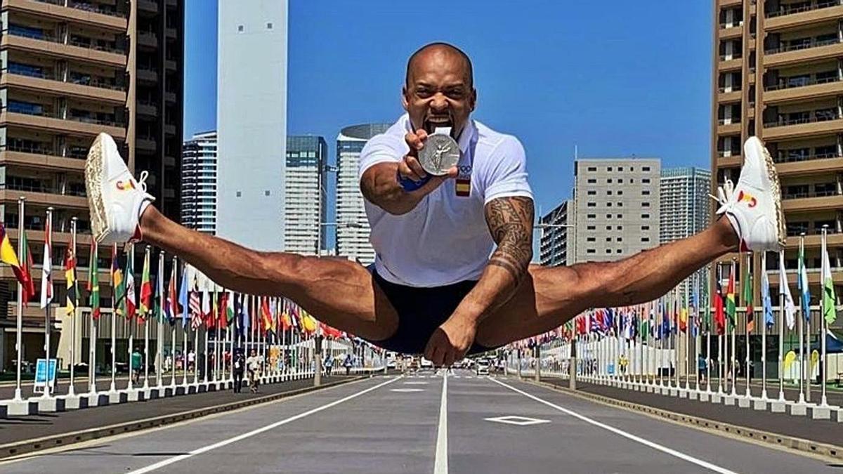 Ray Zapata hace un salto en una de las calles de la villa olímpica mostrando su medalla de plata antes de irse de Tokio.     LP/DLP
