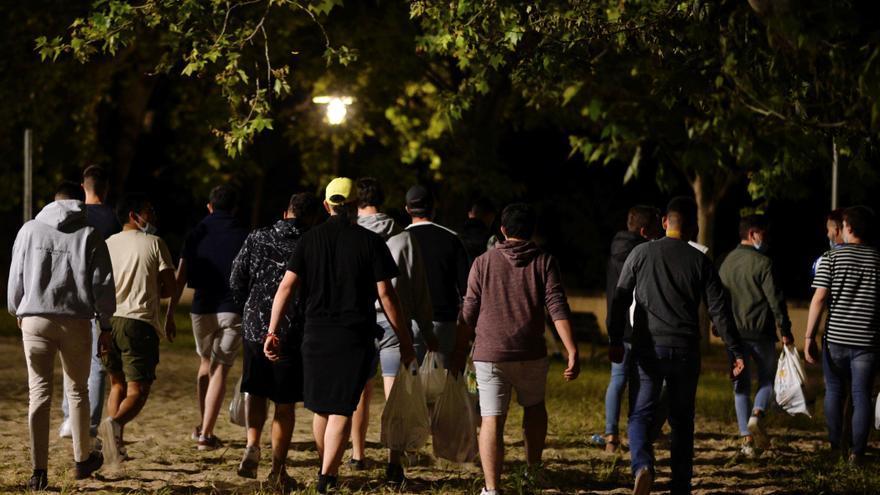 Dos detenidos y dos policías heridos al disolver un botellón en Granada