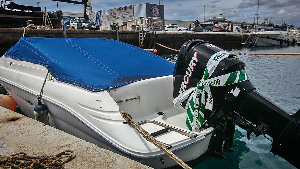 El barco 'Esquilón' dispone de un motor Mercury . | | CARSTEN W. LAURITSEN