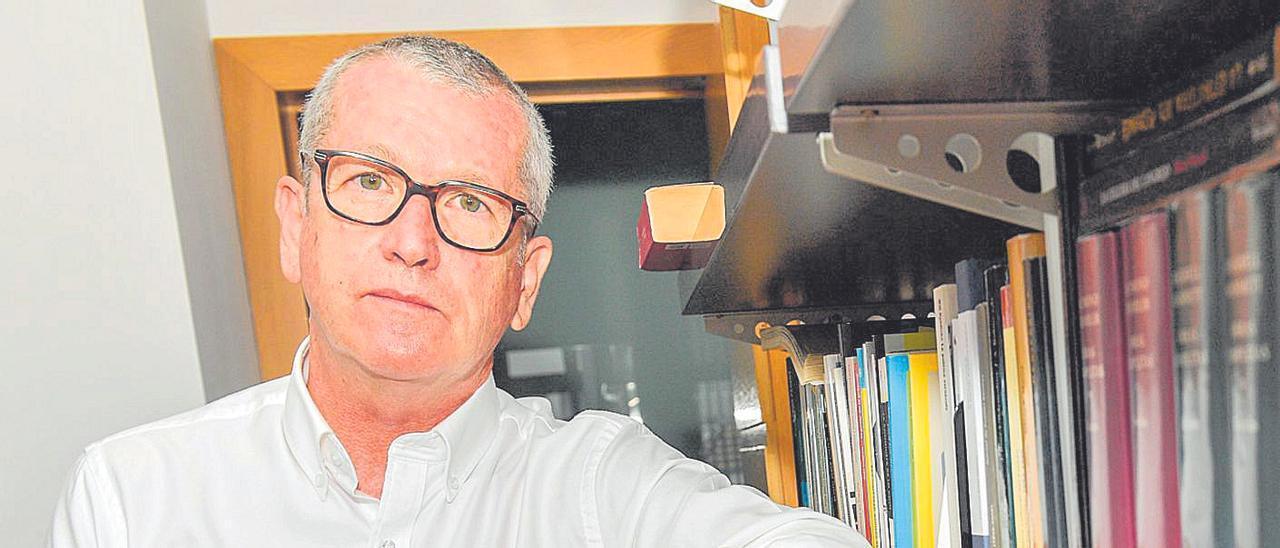 El experto en políticas culturales, Tony Murphy, ayer, en su domiciio en Las Palmas de Gran Canaria. | LP/DLP