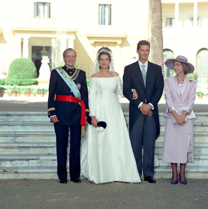 Los Reyes posan con los recién casados Cristina de Borbón e Iñaki Urdangarín.