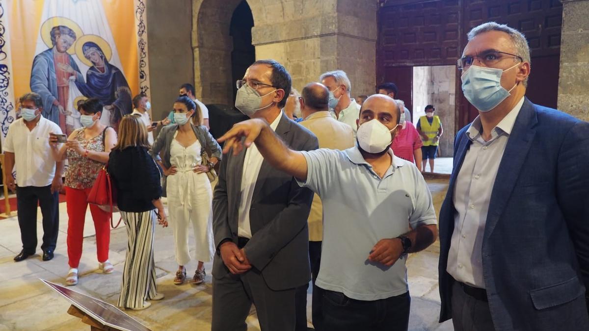 El alcalde Eduardo Folgado (centro) muestra la iglesia de Santa María al subdelegado Ángel Blanco (izda.) y al delegado del Gobierno, Javier Izquierdo (dcha.).