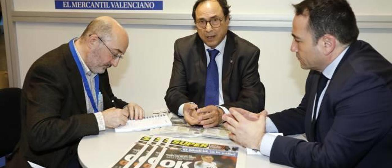 Vicent Soler y Manuel Illueca, a la derecha, ayer en el stand de Levante-EMV.