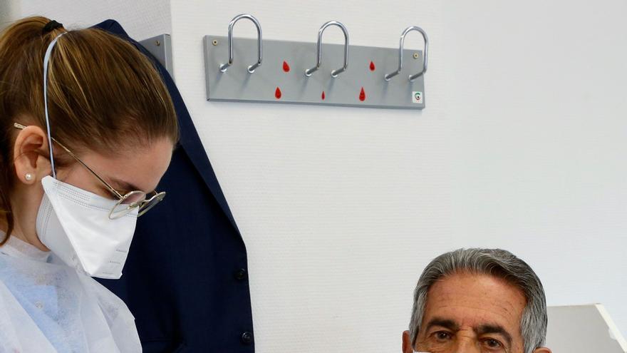 """Hosteleros increpan a Revilla cuando va a vacunarse: """"Viva Ayuso y más Ayuso"""""""