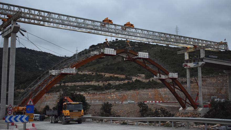 El futuro viaducto de Morella ya tiene su arco culminado