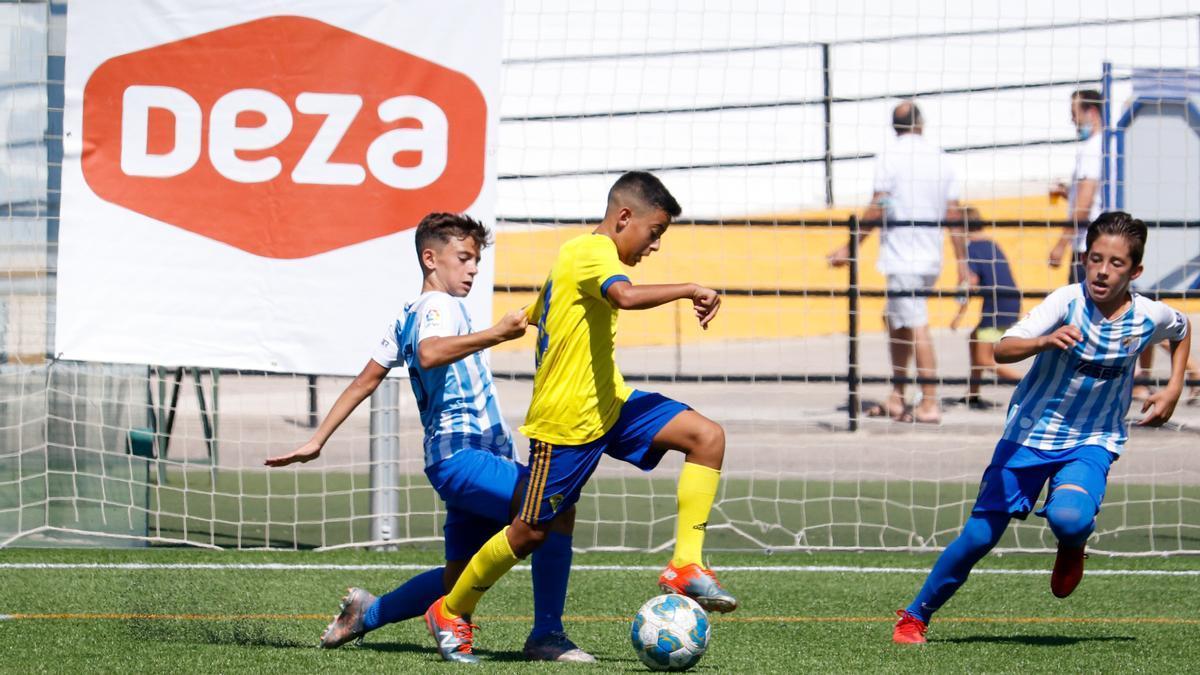 Un jugador del Cádiz es presionado por su par del Málaga en la Cajasur Cup.