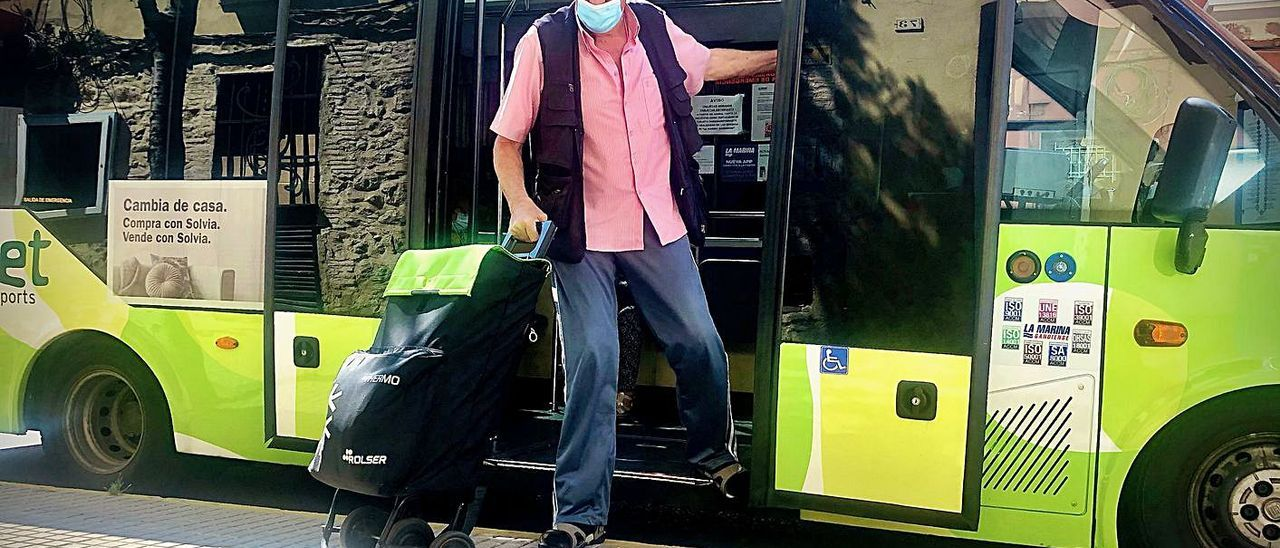 Un hombre baja, ayer, de uno de los autobuses de l'Urbanet de Gandia. | DANI MONLLOR