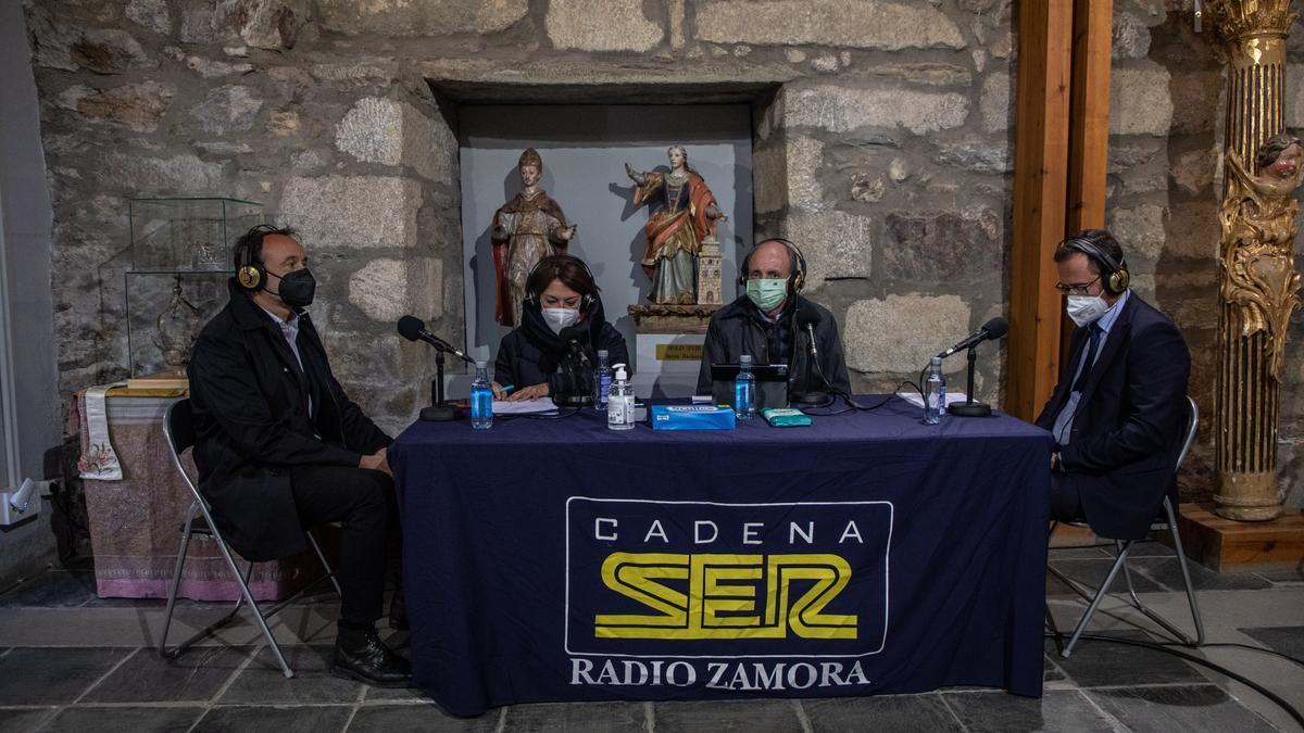 Jesús Castillo, arquitecto de la Fundación Santa María la Real; la periodista Marichu García; el presidente de la Fundación Iberdrola, Ramón Castresana, y el director general de Patrimonio, Gumersindo Bueno, graban un programa de radio en el monasterio de San Martín de Castañeda.