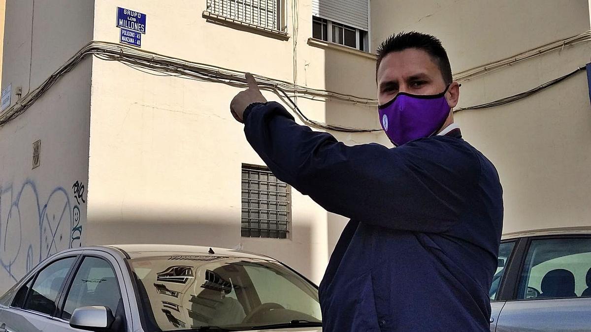 El presidente vecinal José del Castillo, ayer delante de la calle Grupo los Millones, un nombre con una curiosa historia detrás.
