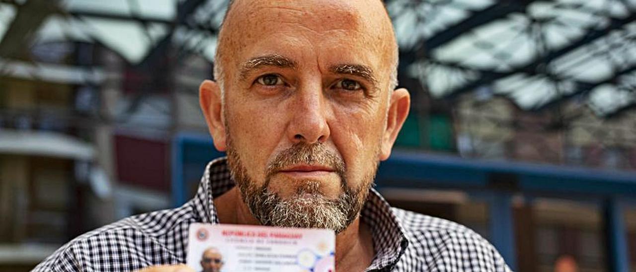 Vicante Sanlucas, a las puertas de la oficina de Tráfico. | PERALES IBORRA