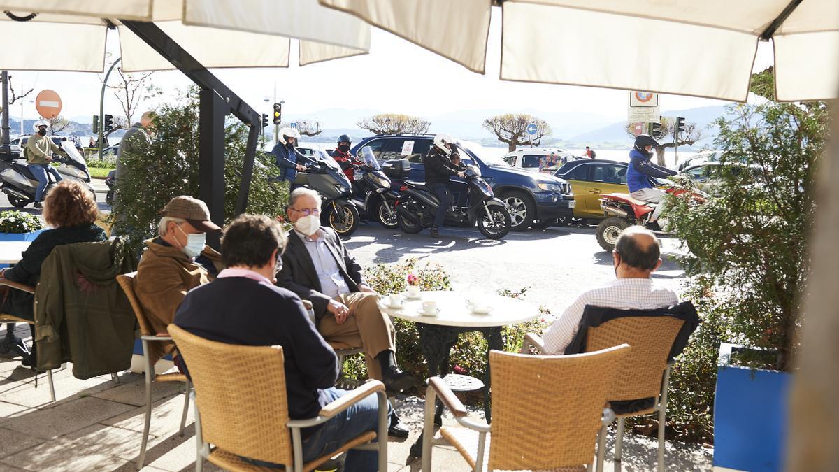 Personas con mascarilla sentadas en una terraza de Santander