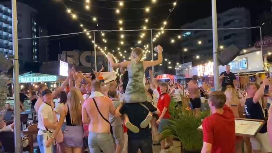 Excesos sin mascarilla en Magaluf por la victoria de Inglaterra en la Eurocopa