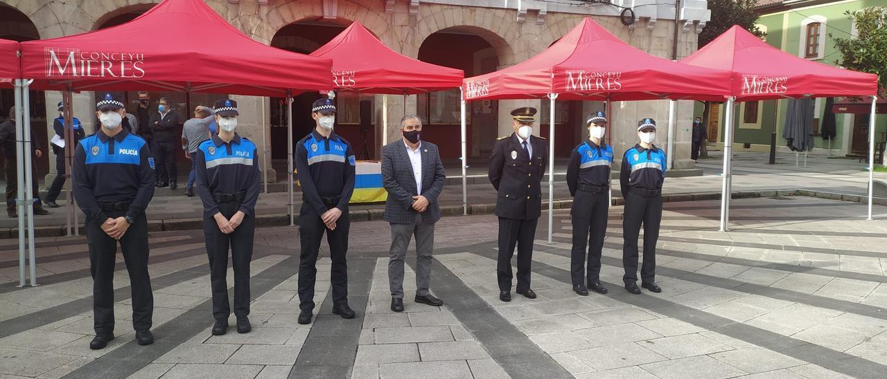 Los nuevos agentes, con el Alcalde y el jefe de la Policía Local.