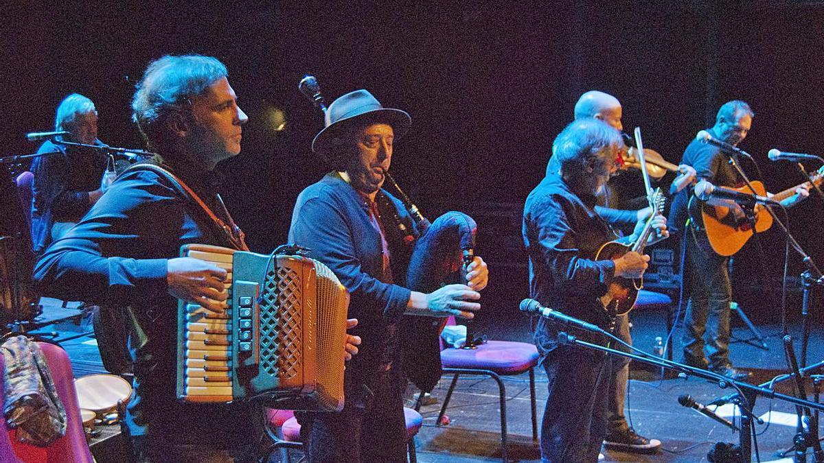 Un instante de la actuación de la mítica banda de folk gallego Milladoiro, el viernes, en A Estrada.