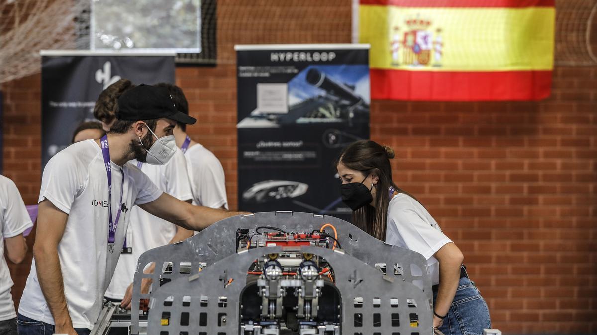 Varios estudiantes durante un encuentro en la European Hyperloop Week, en el Pabellón de Deportes de la UPV