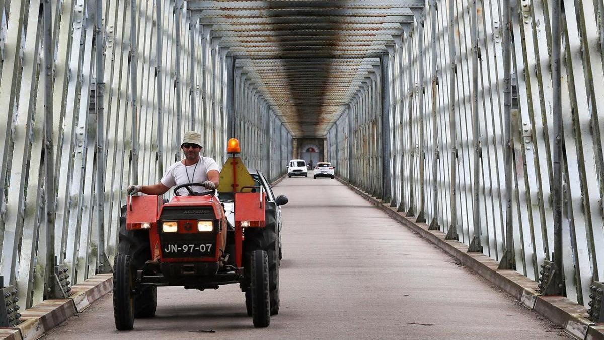 Un vecino de Valença cruza el antiguo puente internacional de Tui