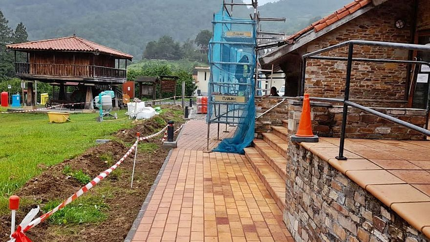 El centro de recepción del parque de Redes, en obras para mejorar cara a los visitantes