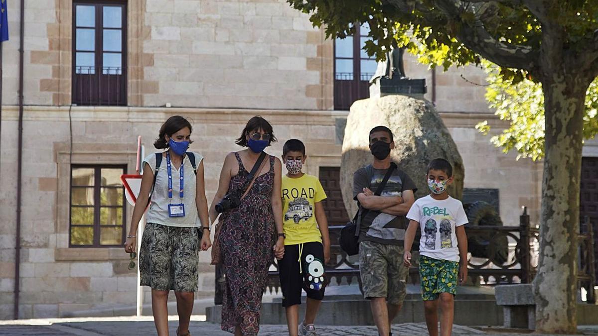 Un grupo de turistas camina por la capital. | José Luis Fernández