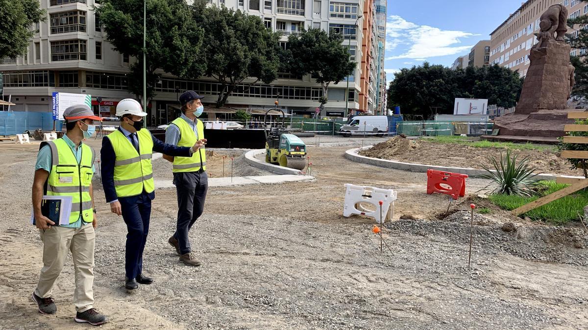 Augusto Hidalgo visita las obras de peatonalización de Plaza de España