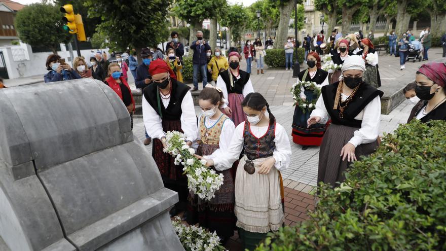 San Juan en Gijón: enramado de la estatua de Pelayo