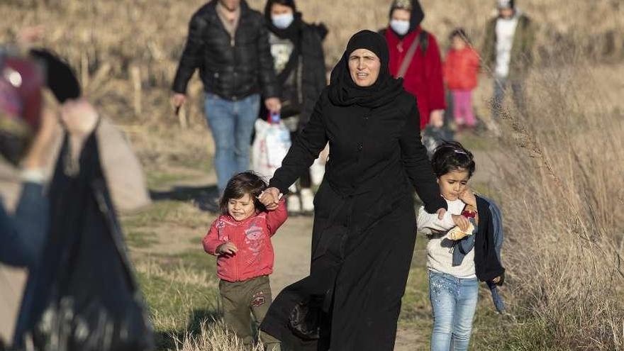 Turquía deja de contener a los refugiados sirios y los empuja hacia Europa