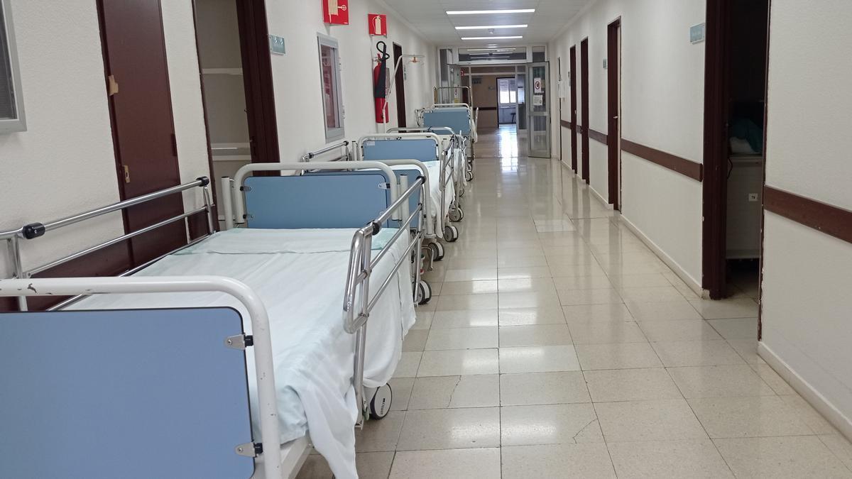 Camas retirada en un ala de la planta 4ª, ayer, en el hospital Miguel Servet.