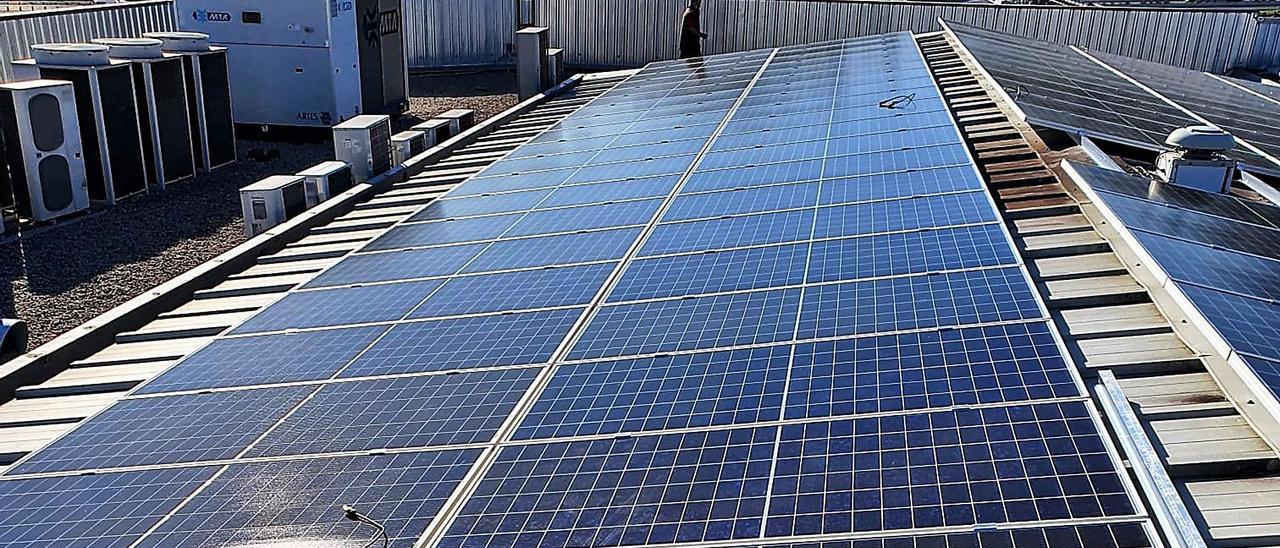 La cubierta fotovoltaica instalada por la empresa textil Hilaturas Sanchís, ubicada en Cocentaina.   INFORMACIÓN