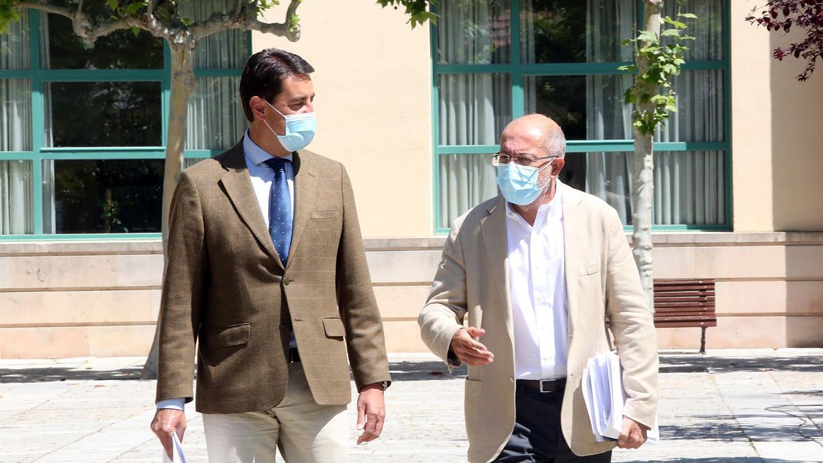 El vicepresidente y portavoz, Francisco Igea, y el consejero de la Presidencia, Ángel Ibáñez, antes de comparecer en rueda de prensa del Consejo de Gobierno.