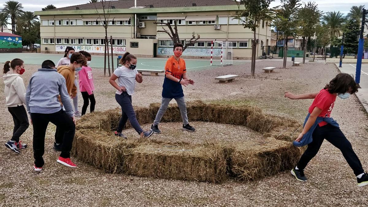 El pati ha acollit nous espais on els escolars poden fer classe o entretindre's.   