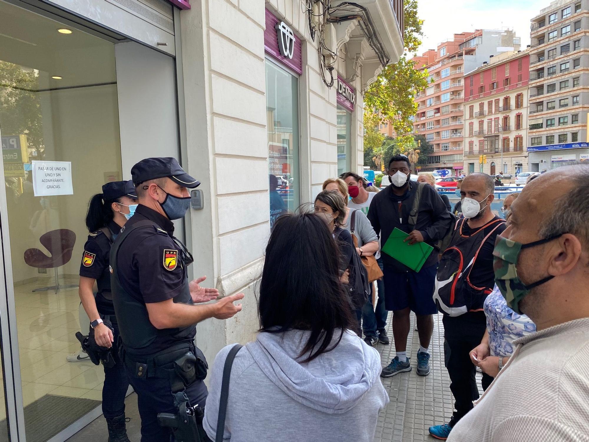 Quiebra de Dentix: Aluvión de protestas de pacientes afectados frente a la clínica de Avenidas