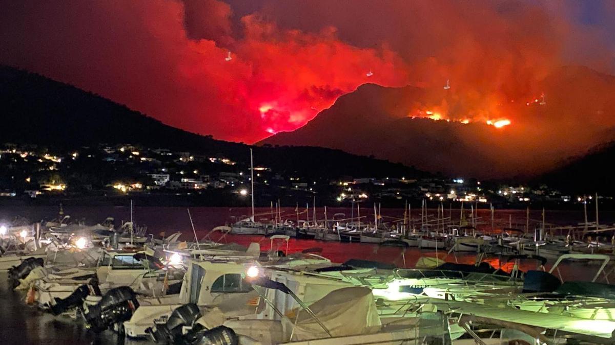 Vista nocturna d'un incendi entre Llançà i Port de la Selva presa des del port marítim del segon municipi. 16 de juliol del 2021. Pla genral. (Horitzontal)