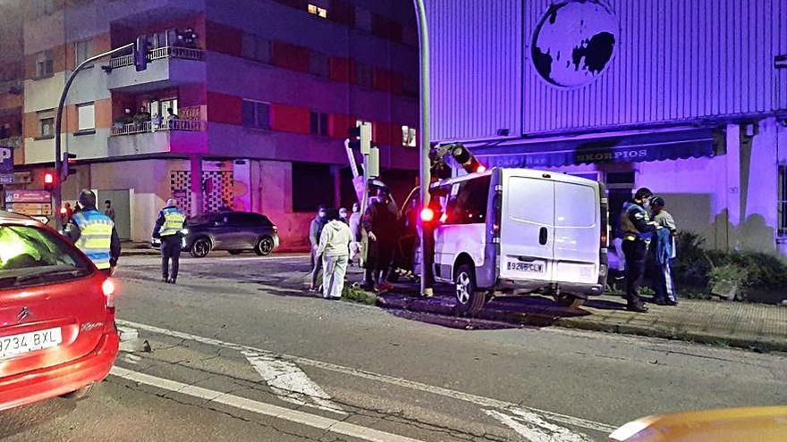 Un herido al chocar contra un semáforo y un muro en Cangas