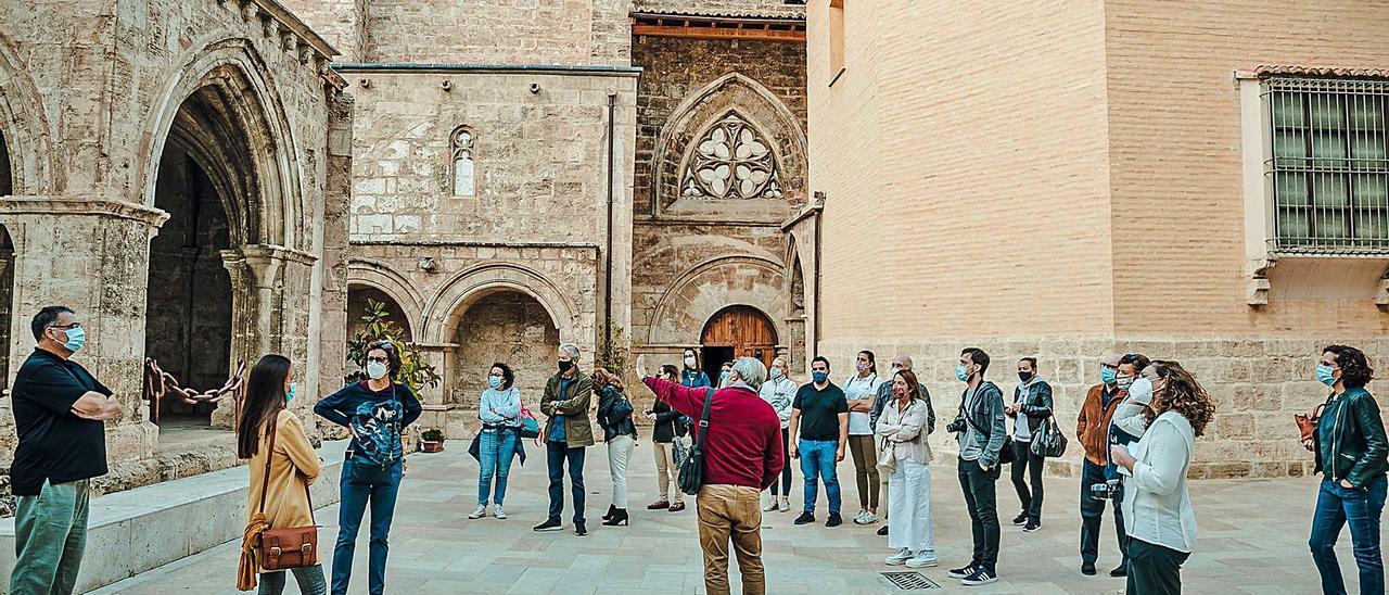 Los participantes en las visitas guiadas conocen la historia de San Juan del Hospital.  | LEVANTE-EMV