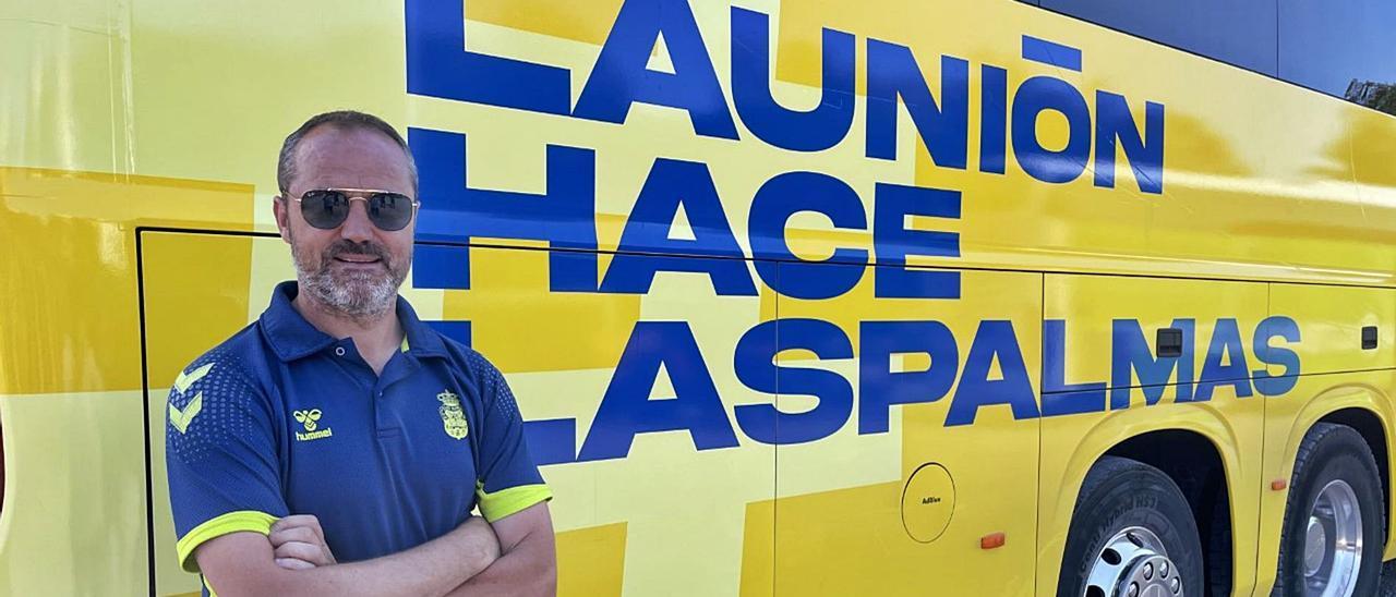Luis Helguera, director deportivo de la UD Las Palmas, junto a la guagua del equipo en la Península entes de abandonar Marbella, ayer. | | LP/DLP