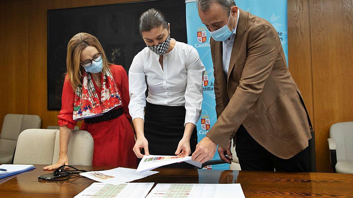 Montserrat Chimeno, Clara San Damián y Casto López, ayer en la Delegación de la Junta. | José Luis Fernández