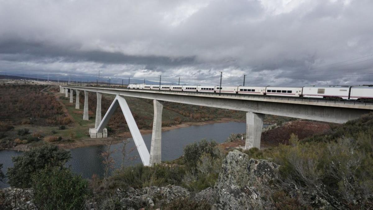 Un Alvia 730 realizando las pruebas sobre el viaducto río Tera (Zamora).