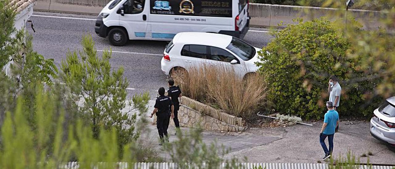 Policías a la salida de la nave en la que se encontró el cadáver   PERALES IBORRA