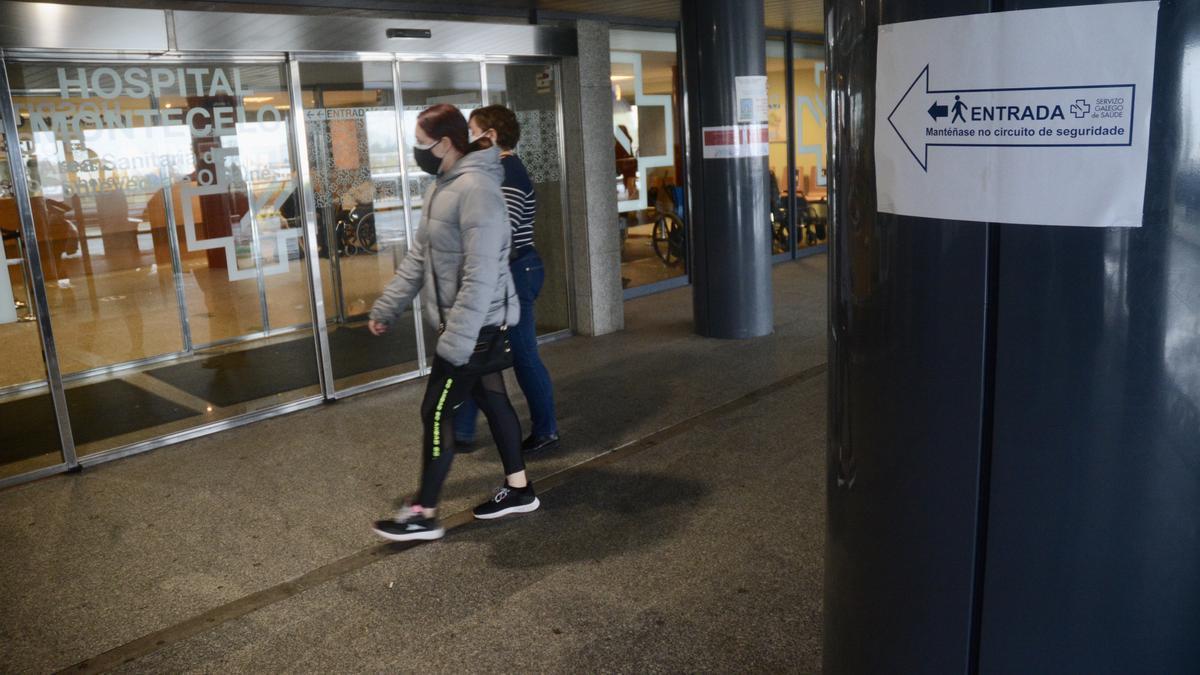 Un paciente se dirige a la entrada de Montecelo.