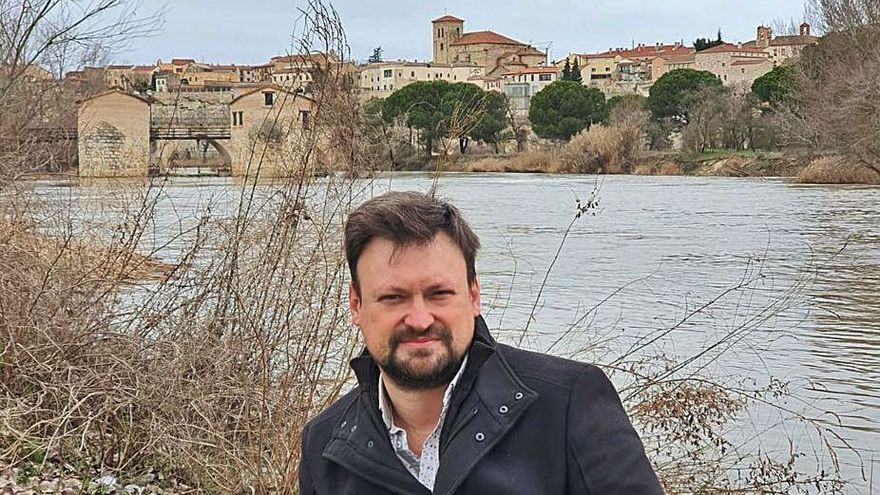 El escritor zamorano Pedro Calbarro, junto al Duero. | Cedida