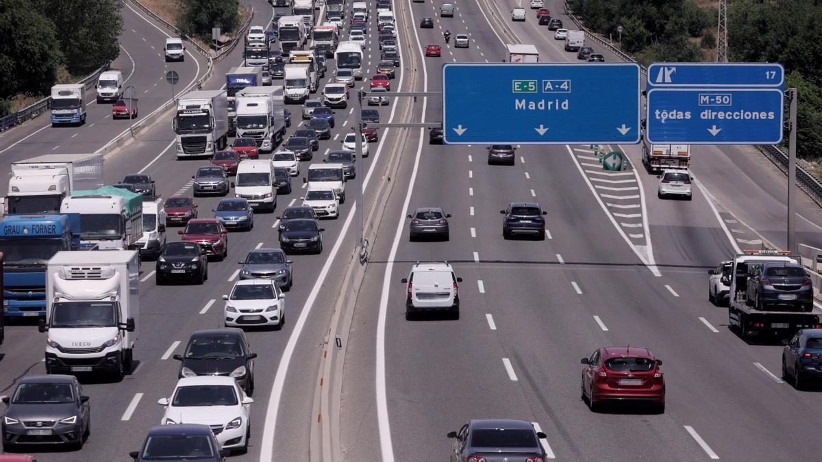 Tráfico de coches en la autovía de A-4 en Madrid.