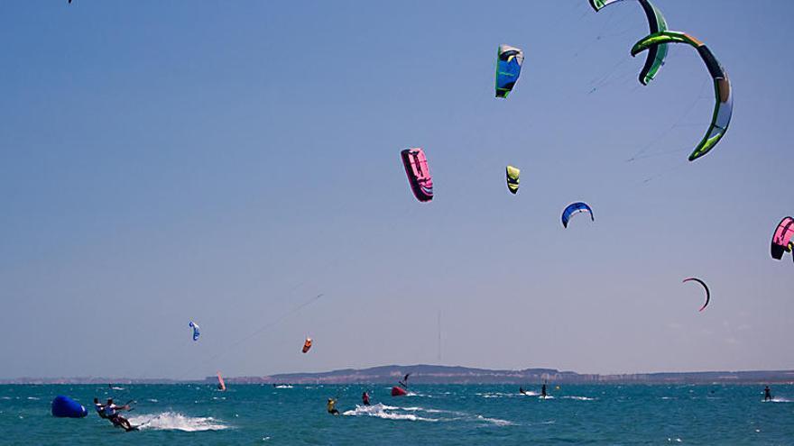 El PP de Santa Pola, dispuesto a renunciar a una bandera azul para que se practique kitesurf