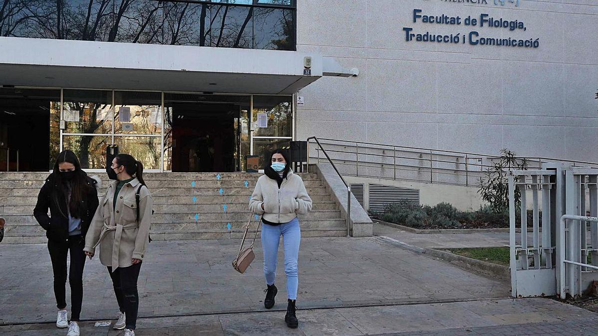 Estudiantes salen de una de las facultades de la Universitat de València. | J.M.LÓPEZ