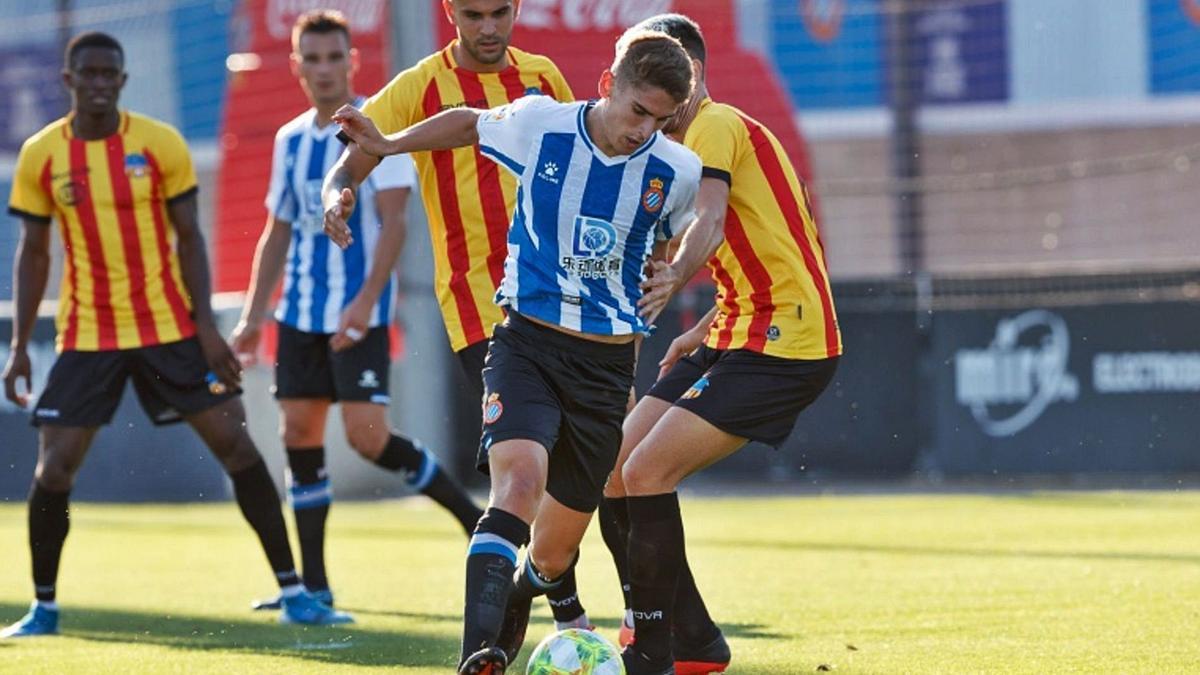 Josema Raigal controla el balón en uno de los pocos partidos que ha jugado con la camiseta del Espanyol B.   PRENSA ESPANYOL