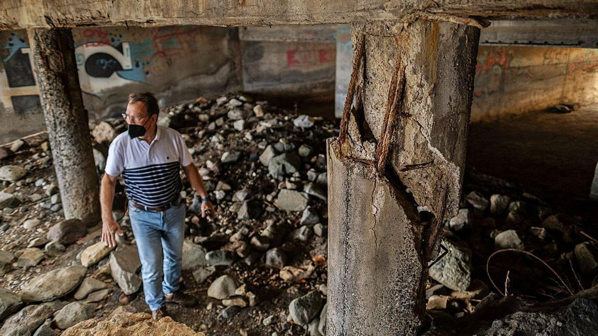 José Ramón Castellano muestra los bajos de la plaza, con el pilar roto hace siete años.