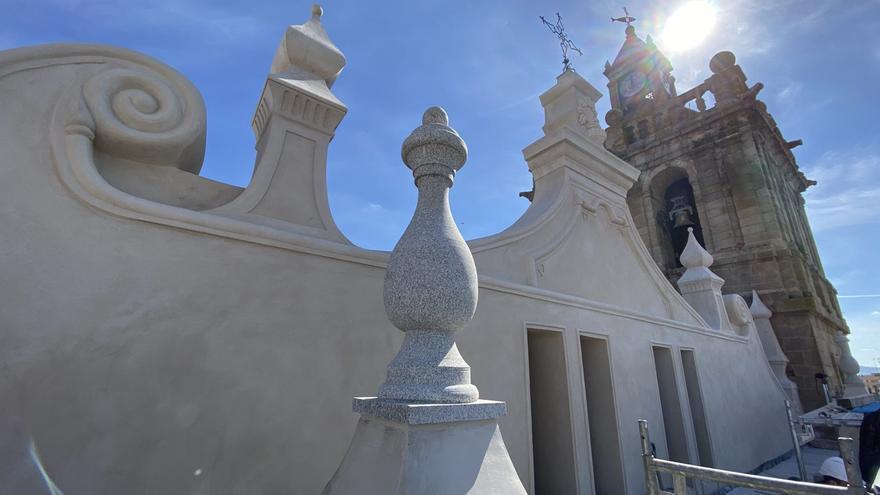 La fachada norte de la iglesia de la Asunción ya luce rehabilitada