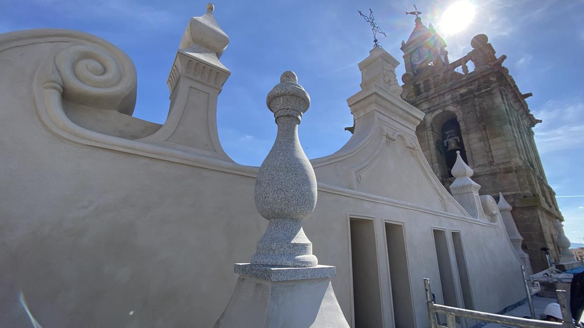 En primer término, la parte alta de la fachada Norte tras su restauración.