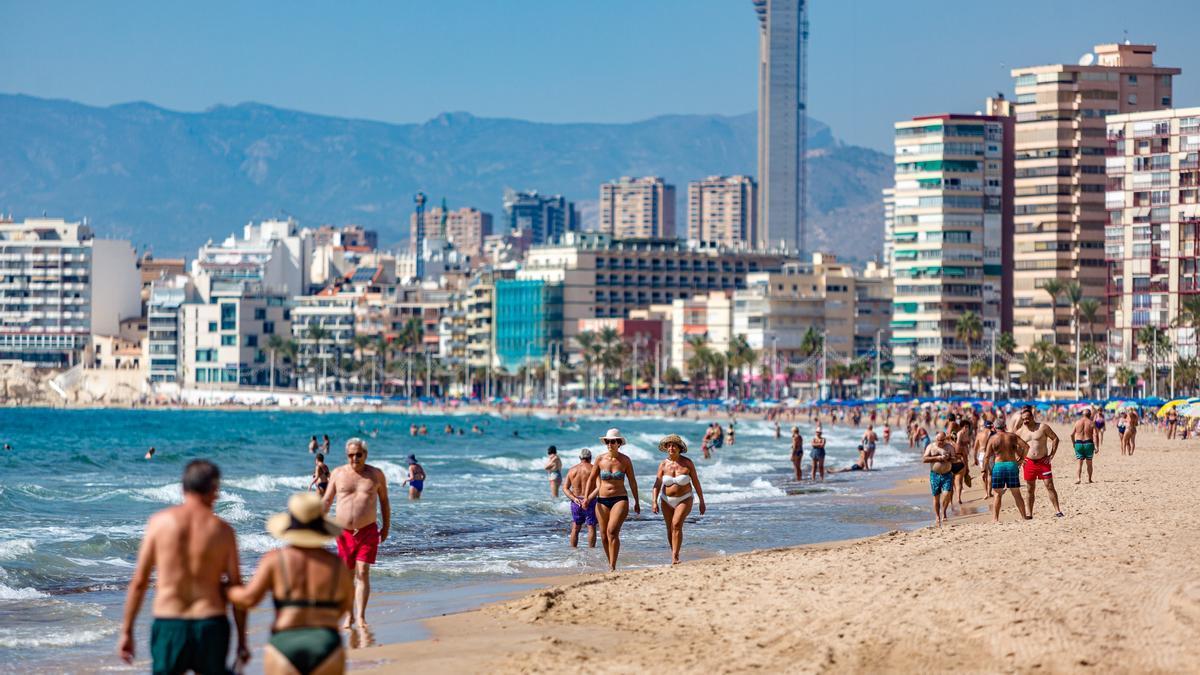 Turistas paseando por la playa de Levante de Benidorm